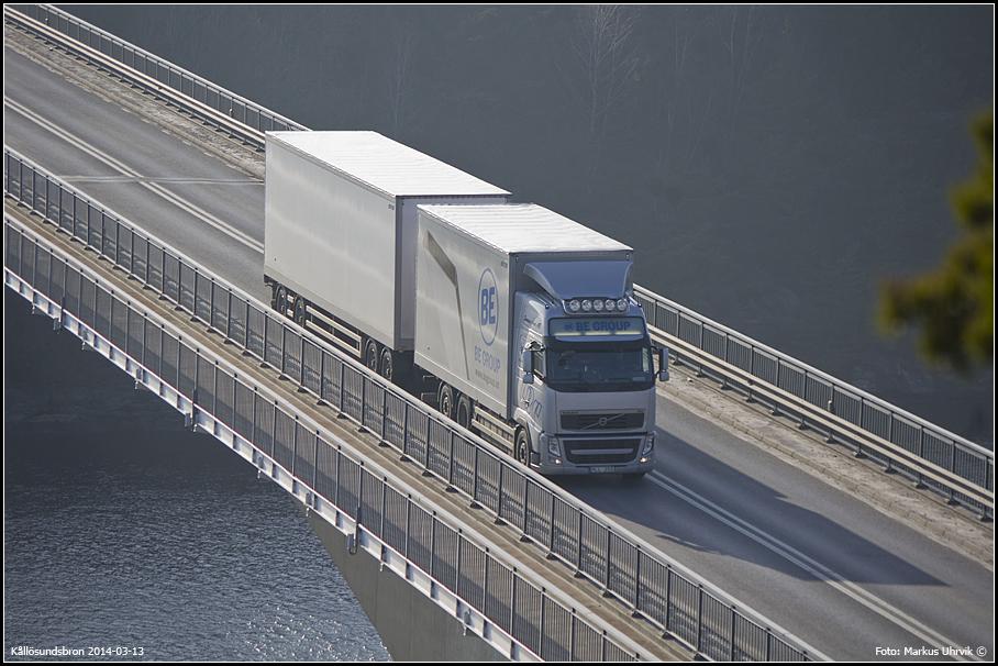 Lastbil passerar Kållösundsbron.
